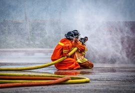 אנשי מכבי אש מחבים שריפה