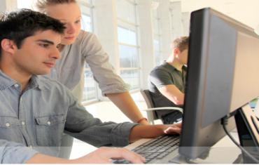 שני אנשים עובדים מול מחשב
