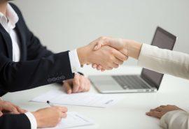 אנשים לוחצים ידיים בפגישה