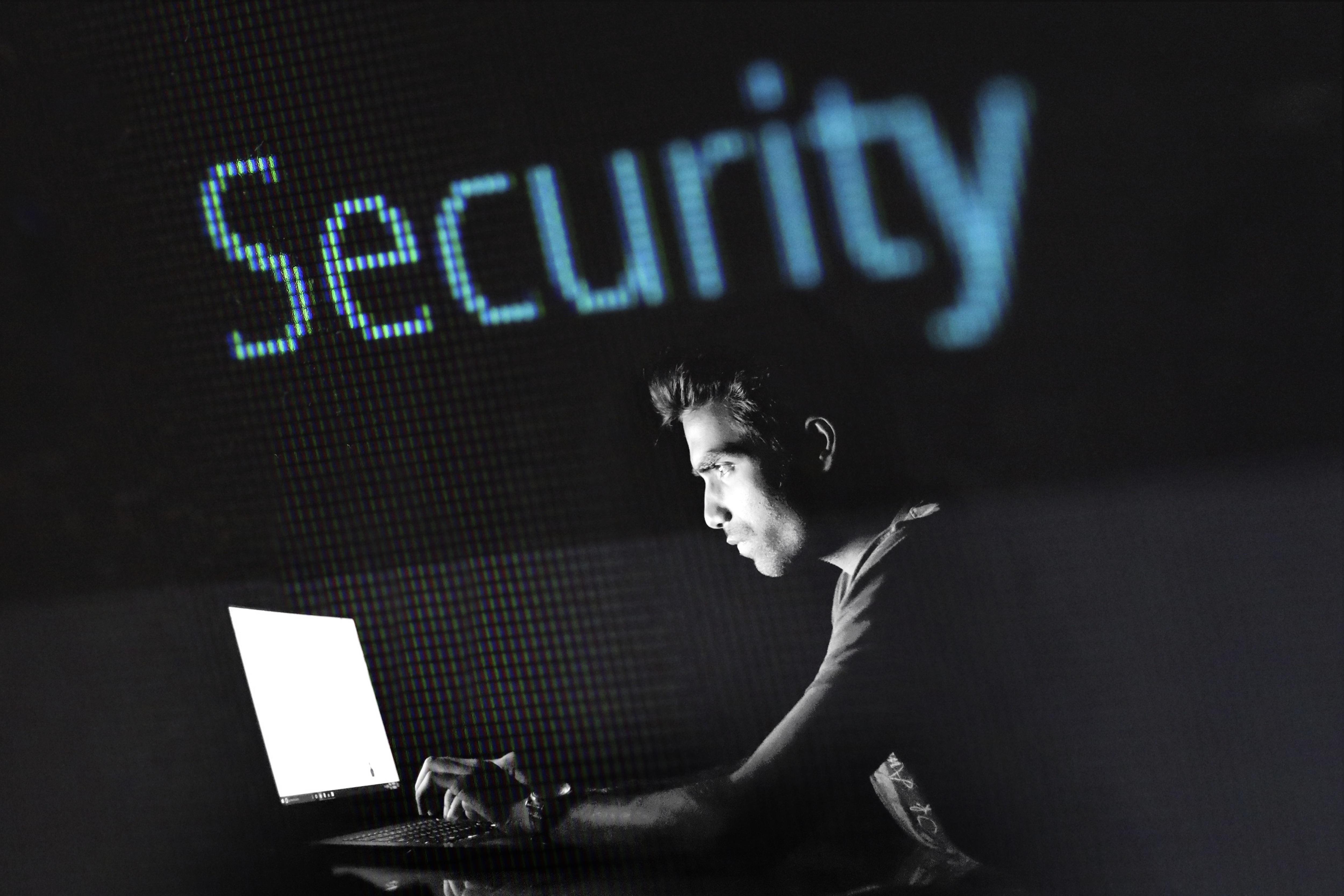 איש חוקר במחשב נייד עם סימן אבטחה