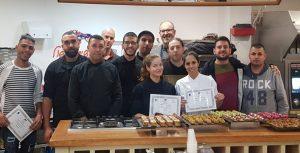 קורס סודות הבישול - 4 מפגשים, בתמונה מסיימי הקורס עם התעודה בעושים בישול
